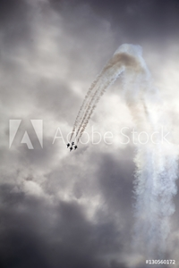 Bild på Low angle view of airshow in cloudy sky