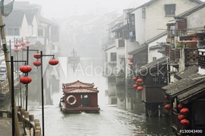 Bild på Traditional old riverside houses in Shantang water town, Suzhou, Jiangsu Province, China, Asia