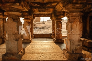 Bild på Beautiful architecture of ancient ruines of temple in Hampi