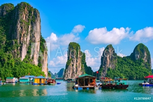 Bild på Floating fishing village and rock island in Halong Bay, Vietnam, Southeast Asia. UNESCO World Heritage Site. Junk boat cruise to Ha Long Bay. Landscape. Popular landmark, famous destination of Vietnam