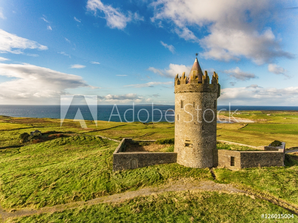 Bild på Aerial Famous Irish Tourist Attraction In Doolin, County Clare, Ireland. Doonagore Castle is a round 16th-century tower Castle. Aran Islands and along The Wild Atlantic Way.