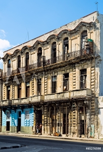 Bild på HAVANA - FEB 13: Two men standing in the doorway of an old building in Havana photographed on February 13, 2015.