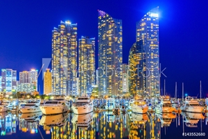 Bild på Busan city skyline view at Gwangalli beach, Haeundae district, Yacht parking at modern building architecture Haeundae beach, Busan, South Korea